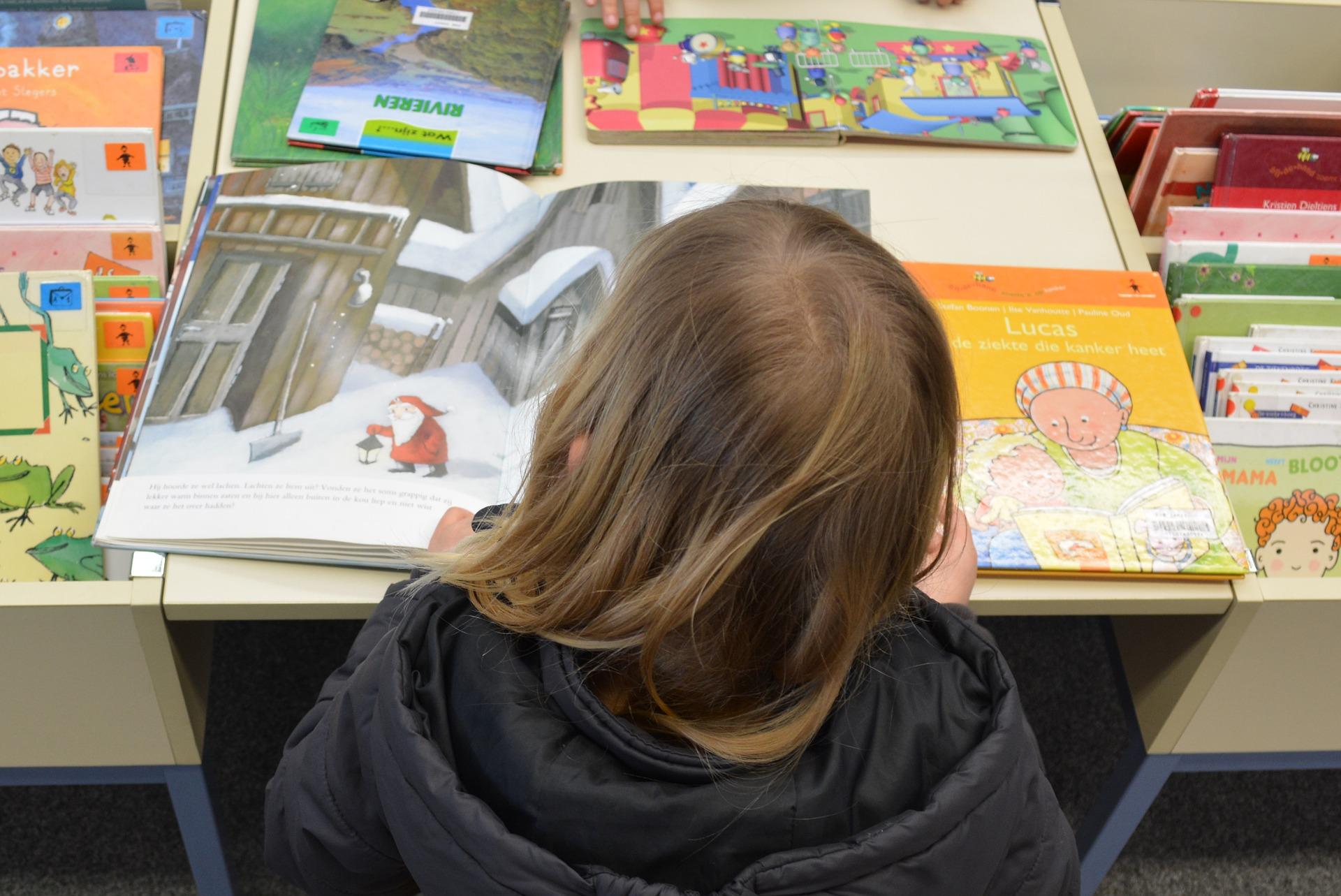 Uno de los niños leones, leyendo un libro.